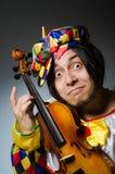 O jogador engraçado do palhaço do violino no conceito musical fotos de stock royalty free