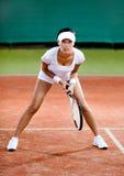 O jogador fêmea compete na corte de tênis da argila Imagens de Stock Royalty Free