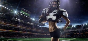 O jogador fêmea do futebol americano está levantando Foto de Stock Royalty Free