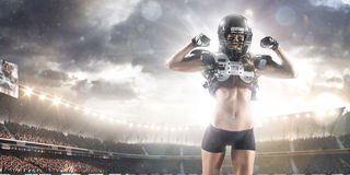 O jogador fêmea do futebol americano está levantando Fotos de Stock