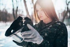 O jogador fêmea do paintball põe sobre a máscara da proteção imagem de stock