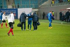 O jogador ferido que está sendo levado embora do campo Imagem de Stock