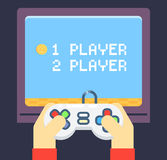 O jogador retro dos jogos entrega o monitor da tevê do manche Fotos de Stock Royalty Free