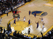 O jogador Stephen Curry dos guerreiros do Golden State toma um sho de três pontos Foto de Stock Royalty Free