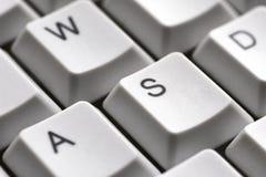 O jogo abotoa A W S D em um close-up branco do teclado para o gamer Foto de Stock