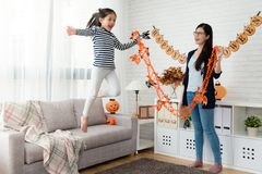 O jogo bonito da menina voa o salto do sofá Imagens de Stock Royalty Free