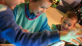 O jogo de crianças com painel de toque, move seus dedos ao longo do grande tela táctil, os métodos os mais atrasados da educação, filme