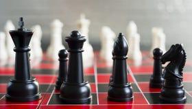 O jogo de mesa preto vermelho da xadrez remenda o rei Queen Bishop Knight Fotografia de Stock