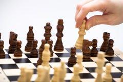 O jogo de xadrez e uma mão Fotografia de Stock Royalty Free