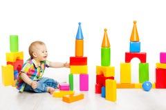 O jogo do bebê obstrui brinquedos, tijolos coloridos da construção do jogo de criança Foto de Stock Royalty Free
