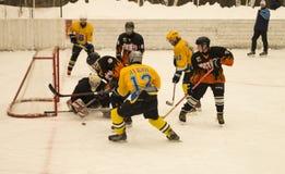 O jogo do hóquei na plataforma do gelo abriu abaixo pelo céu Fotos de Stock Royalty Free