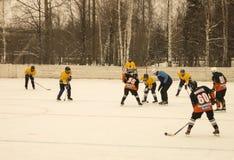 O jogo do hóquei na plataforma do gelo abriu abaixo pelo céu Foto de Stock Royalty Free
