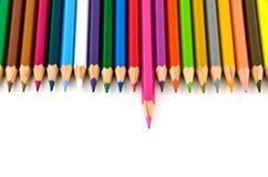 O jogo do lápis colorido da cor alinhou na fileira Imagem de Stock