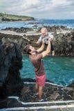 O jogo do pai e do bebê perto do oceano suporta em Garachico Imagens de Stock Royalty Free