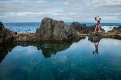 O jogo do pai e do bebê perto do oceano suporta em Garachico Imagens de Stock