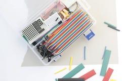 O jogo do passatempo da eletrônica de DIY abriu o heatshrink que coloca ao redor no fundo cinzento Grupo eletrônico do jogo do co fotos de stock