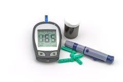 O jogo do teste do medidor da glicemia, o valor do açúcar no sangue é medido Imagens de Stock Royalty Free
