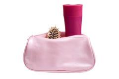 O jogo dos cosméticos em cosméticos cor-de-rosa ensaca isolado fotos de stock royalty free