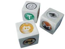 O jogo dos dados com o cryptocurrency do vintage dos símbolos O isolado Imagens de Stock Royalty Free