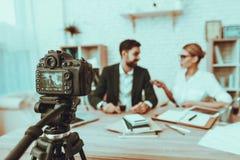 O journalista está entrevistando um homem de negócios no vídeo foto de stock royalty free