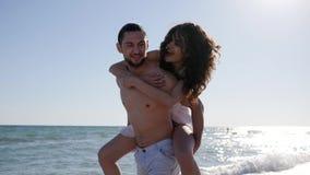 O jovem alegre, pares em ilhas tropicais, homem retém a mulher, amigos alegres na caminhada romântica, praia bonita filme