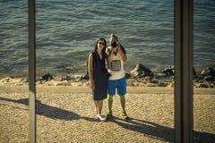 O jovem, apenas casal está andando em torno da cidade de Lisboa, Portugal imagens de stock