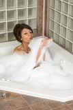 O jovem atrativo gorges a mulher que toma o banho de bolha Fotos de Stock Royalty Free