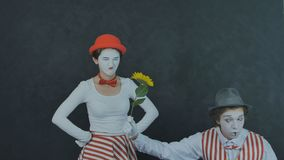 O jovem mimica com flor Fotografia de Stock Royalty Free