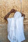 O judeu etíope de Unidentifed reza na parede ocidental do Jerusalém imagem de stock