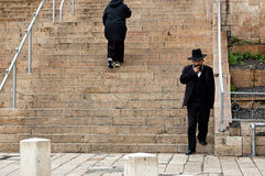 O judeu ortodoxo anda abaixo das escadas no Jerusalém, Israel Fotos de Stock