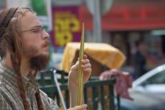 O judeu religioso novo bonito escolhe o lulav Imagens de Stock