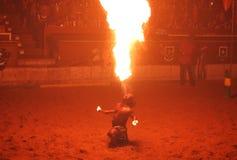 O juggler do incêndio executa durante a mostra medieval do cavaleiro Foto de Stock Royalty Free