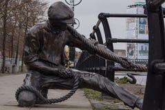 O juiz de linha - escultura de bronze do trabalhador de doca, rio Liffey, Dublin, Irlanda imagens de stock