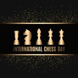 20o julho - dia internacional do conceito da xadrez começo de um jogo de xadrez na placa idosa Foto de Stock