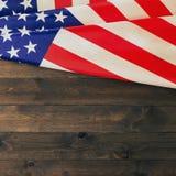 4o julho, o Dia da Independência dos E.U., lugar a anunciar, fundo de madeira, bandeira americana Fotos de Stock Royalty Free