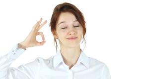 O.k. gebaar, rode haarvrouw op witte achtergrond stock videobeelden