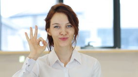 O.k. Gebaar, Vrouw in Bureau stock video