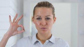 O.k. gebaar, vrouwenportret in bureau stock footage