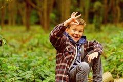 O.K. Im Okayzeichen der kleinen Kindershow Glückliches kleines Kind Wenig Junge, im Wald sich zu entspannen alles hat ganz Recht lizenzfreies stockbild