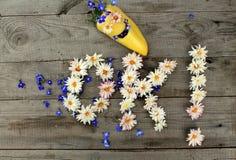 O.K. inschrijving `! ` van bloemen op houten achtergrond met peper in vorm van emoticon Stock Foto