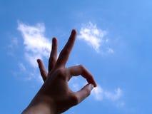 O.k. Teken met wolkenachtergrond stock fotografie