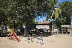 O Ka Chuan Village, o campo de jogos do ` s das crianças com corrediça, os balanços e alegres vão círculo fotografia de stock