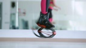 O kangoo do treinamento da mulher salta no estúdio da dança vídeos de arquivo
