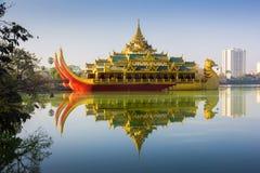 O Karaweik é uma réplica de uma barca real burmese em Kandawgyi imagem de stock