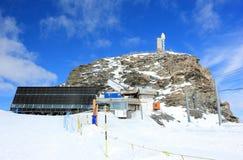 O Klein Matterhorn em 3.883 medidores 12.740 ft acima do nível do mar É o lugar o mais alto em Europa que pode ser alcançada pelo Fotos de Stock