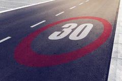 o kmph 30 ou os mph que conduzem o limite de velocidade assinam na estrada Fotografia de Stock Royalty Free