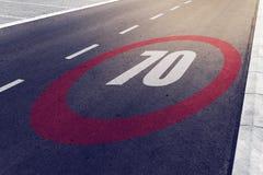 o kmph 70 ou os mph que conduzem o limite de velocidade assinam na estrada Fotografia de Stock Royalty Free