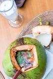 O kong ou Tom do 'batata doce' de Tom yum no coco, 'batata doce' de Tom são uma sopa clara picante fotos de stock royalty free