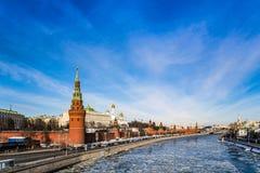 O Kremlin de Moscou, a terraplenagem do Kremlin, o rio de Moskva na mola adiantada durante a tração do gelo fotos de stock royalty free