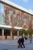 O Kulturpalast em Dresden com o ` mural a maneira do ` vermelha da bandeira Imagens de Stock